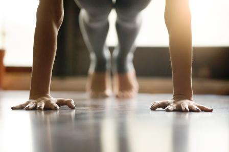 Mladá žena cvičí tabatu, robí Push ups alebo press ups cvičenie
