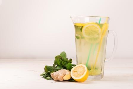 Citrónová VODA - voda s citrónom, zázvorom a mätou v ďžbáne - osviežujúci nápoj pre zdravie