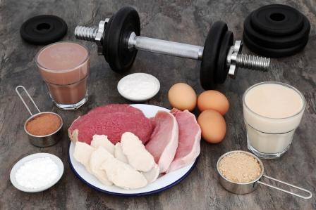 jedlá a doplnky výživy s vysokým obsahom bielkovín a činky na bielkovinú diétu