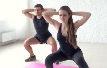 Fitness muž a žena cvičenie