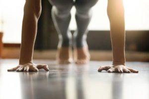 mlada zena cvici pilates