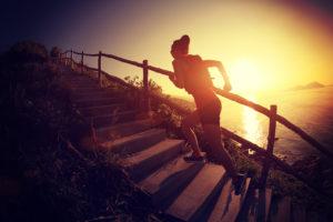 fitness zena beha po schodoch